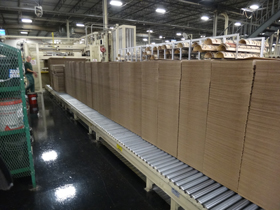 power accumulating rooler conveyor with corrugated boxes